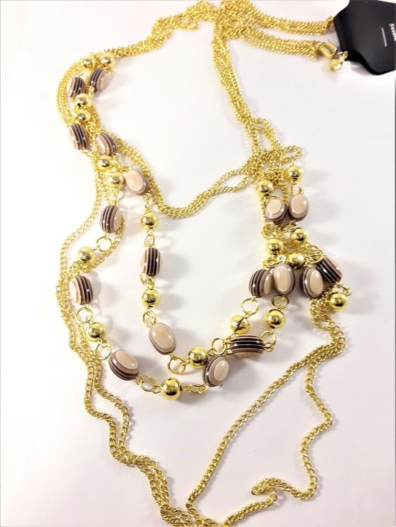 Flerradigt halsband med guldfärgade detaljer