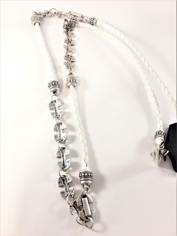 Vitt flätat halsband med silverfärgade detaljer