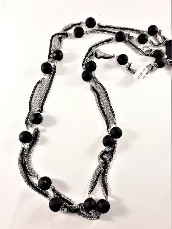 Flerradigt halsband med detaljer i svart och silverfärg