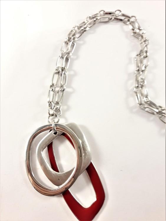 Halsband med detaljer i röd och silverfärg