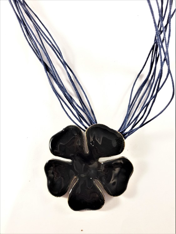 Flerradigt halsband med blomma i blått