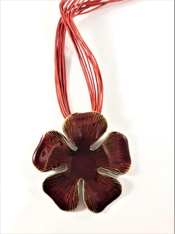Flerradigt halsband med blomma i rött