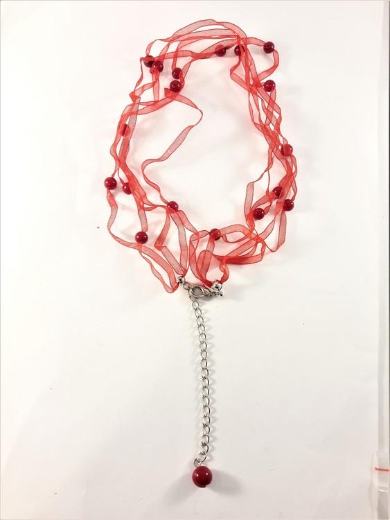 Halsband med pärlor i rött
