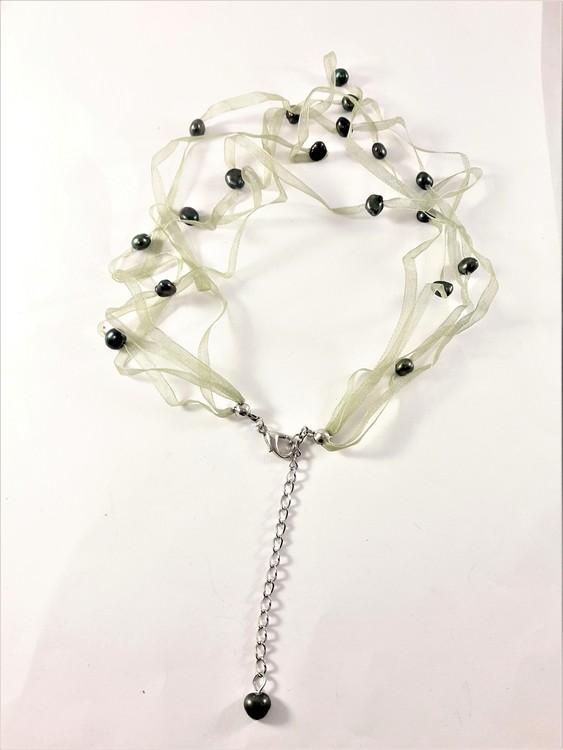 Halsband med pärlor i grönt