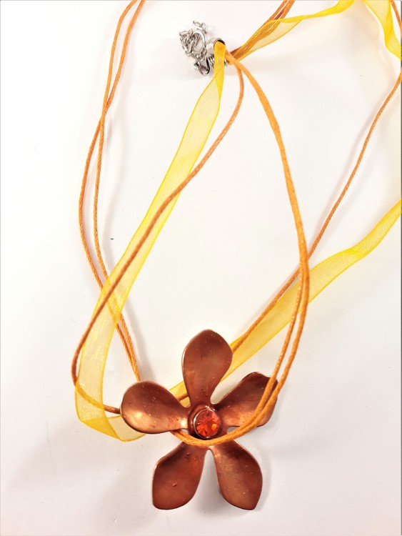 Flerradigt halsband med blomma i orange