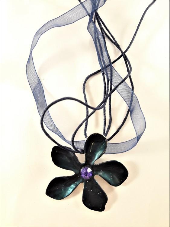 Flerradigt halsband med blomma blått