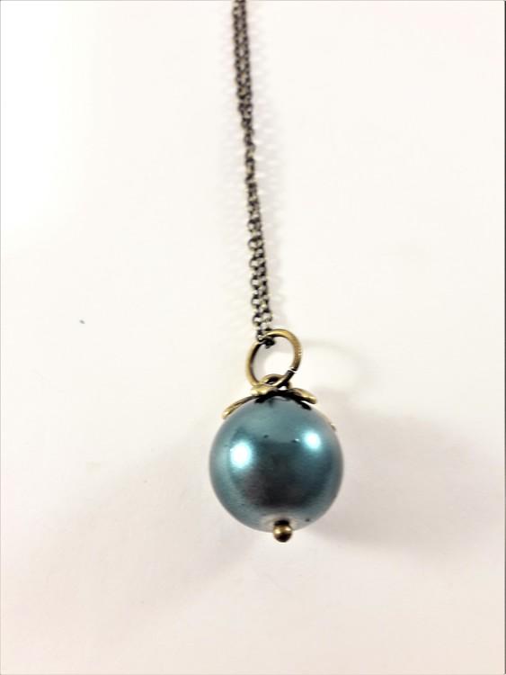 Sött halsband med stor kula i blått