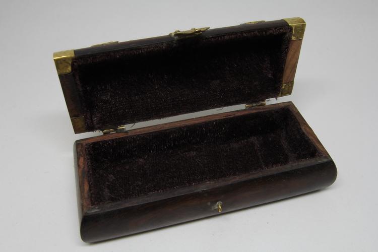 Snidat handgjort träskrin med metallbeslag