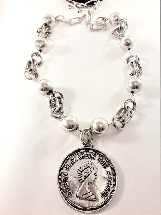 """Halsband med kulor och medaljong """"Queen Elizabeth The Second"""" i silverfärg"""