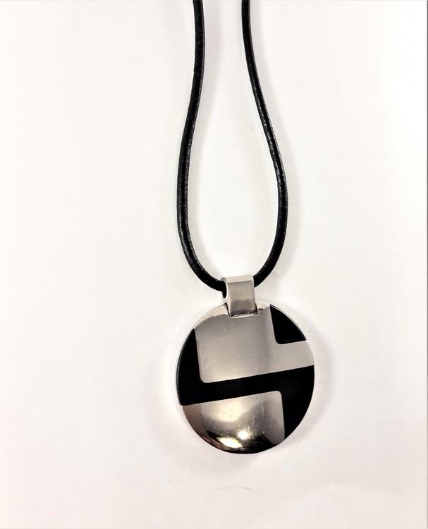 Halsband med svart och silverfärgad rundel som hänge