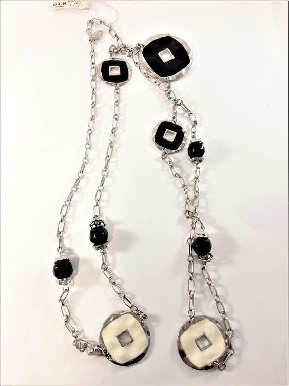 Långt halsband i silverfärg med svarta och vita detaljer