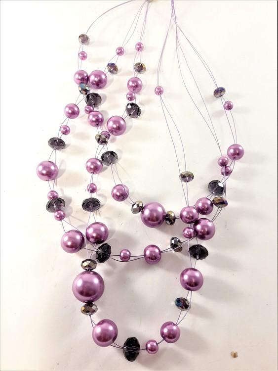 Flerradigt halsband med dekorationer i lila och svart