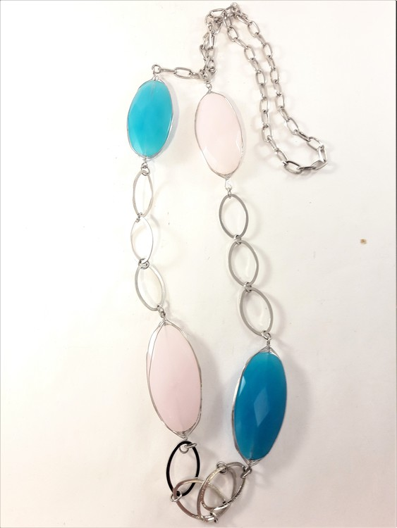 Silverfärgat halsband med stora länkar och ovaler i turkos och rosa