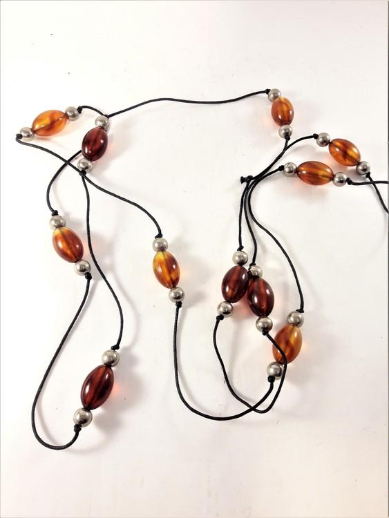 Långt halsband med detaljer orange