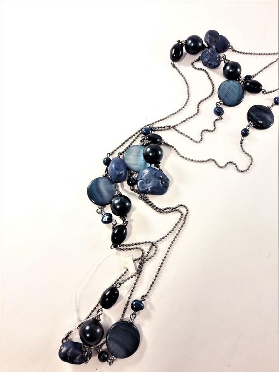 Långt halsband med olikformade stenar och detaljer i blått