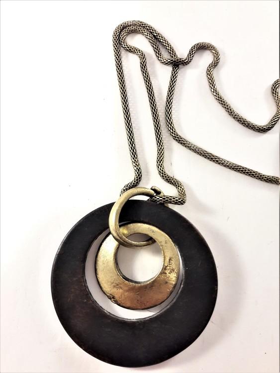 Guldfärgat halsband med guldfärgat och brunt hänge