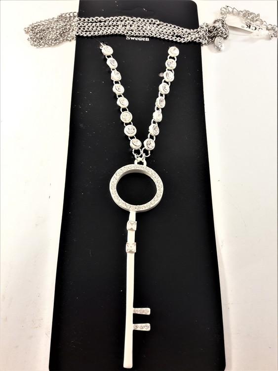 Halsband med nyckel hänge och glittrande stenar silverfärg
