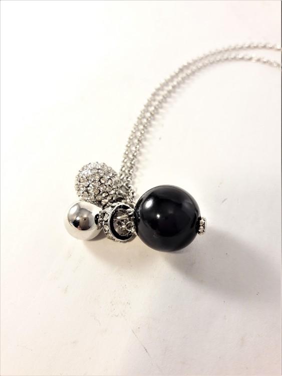 Halsband med hänge med berlocker och strass i silverfärg och svart