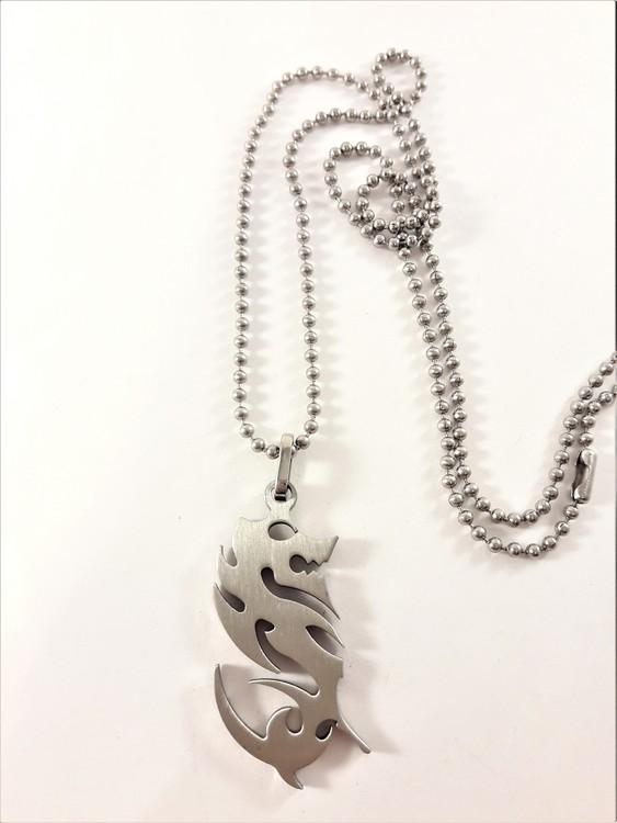 Halsband med hänge drake i silverfärg