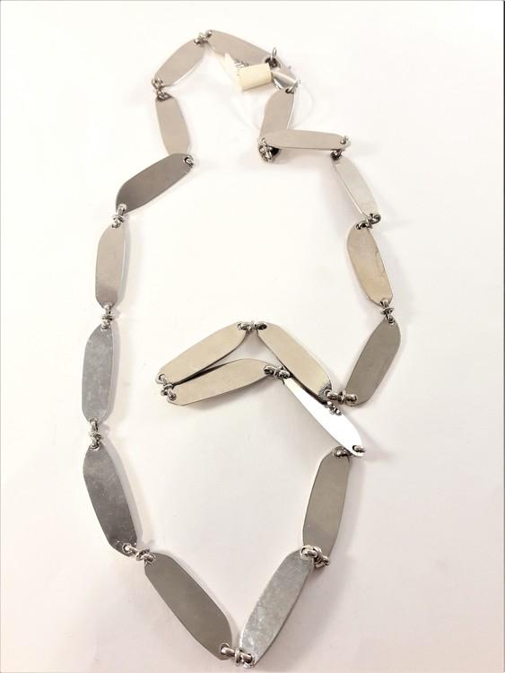 Halsband med avlånga plattor i silverfärg