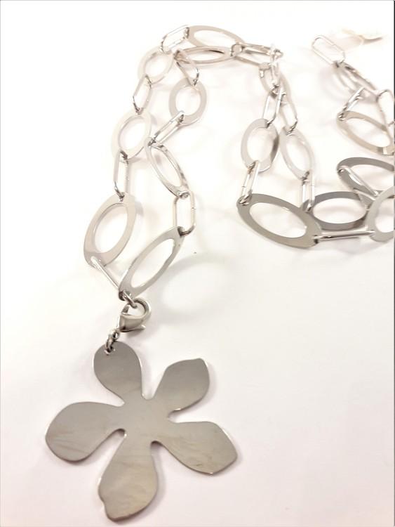 Halsband med blomma som hänge i silverfärg