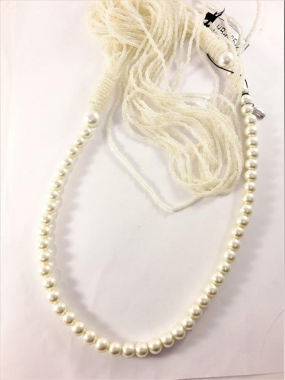 Långt halsband med stora och små pärlor i vitt