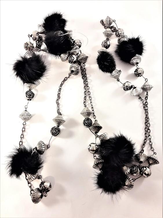 Långt halsband med silverfärgade detaljer och päls