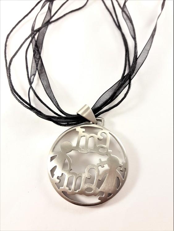 """Halsband med hänge """"Mama"""" i svart och silverfärg"""