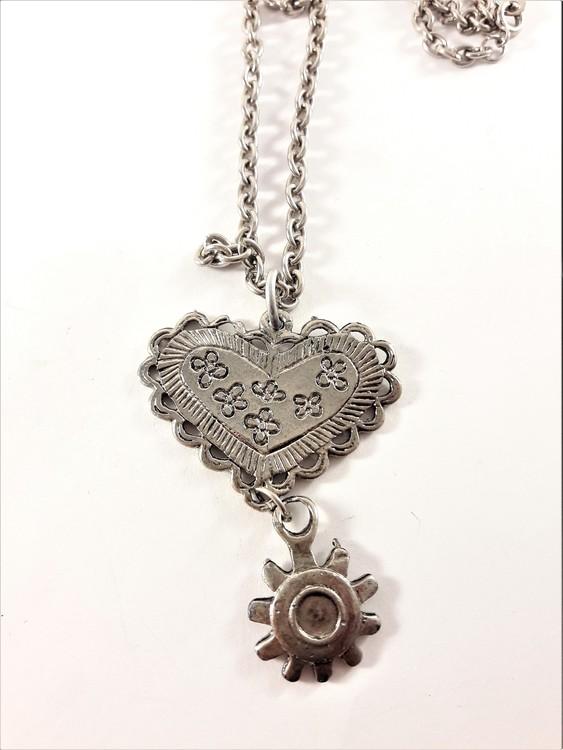 Halsband med hjärtformat hänge i silverfärg