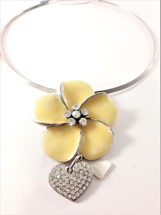 Stelt halsband med vit blomma och hjärta med strass