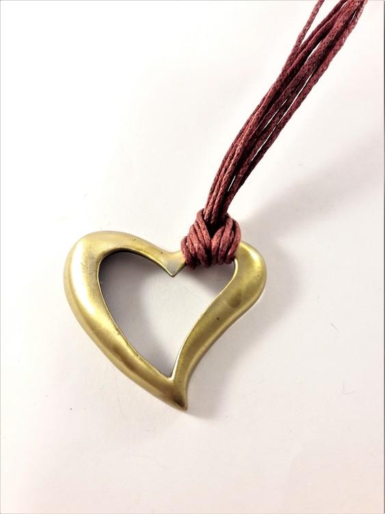 Halsband med rött band och i guldfärgat hjärta