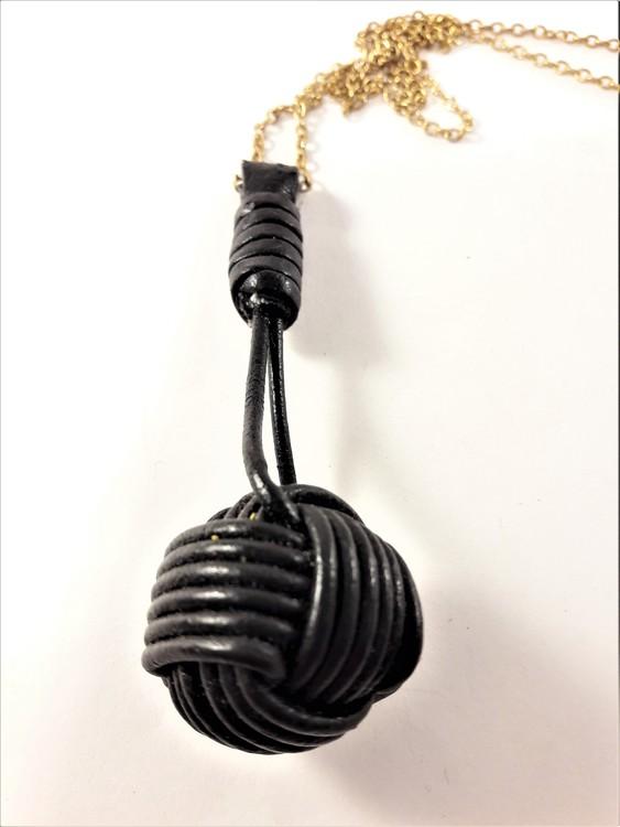 Halsband i guldfärg med flätad boll