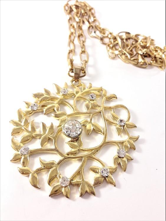 Halsband i guldfärg med glittrande stenar