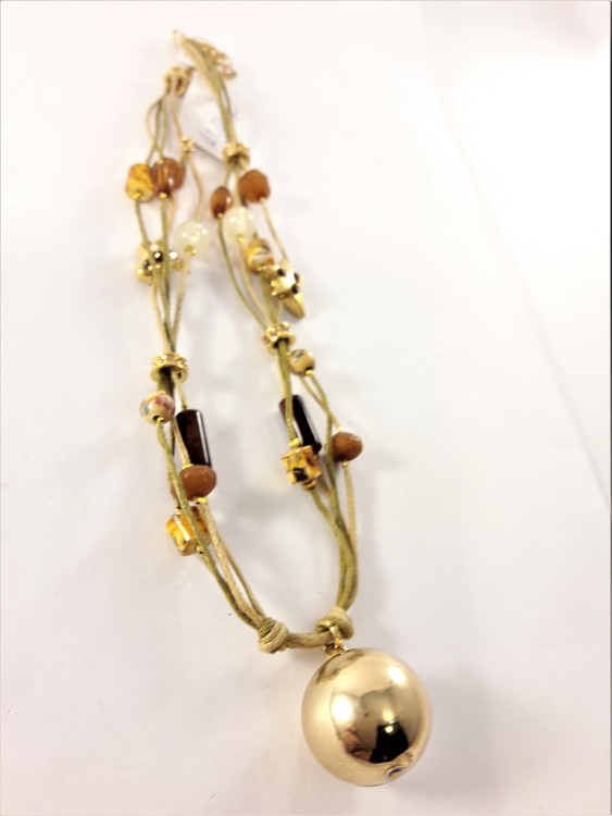 Halsband i gul och brun med guldfärgad kula