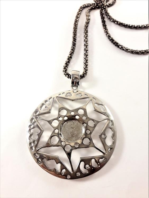 Halsband med runt hänge i silverfärg