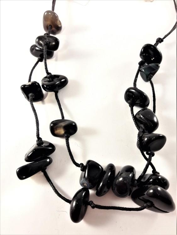 Tvåradigt halsband med stenar i svart