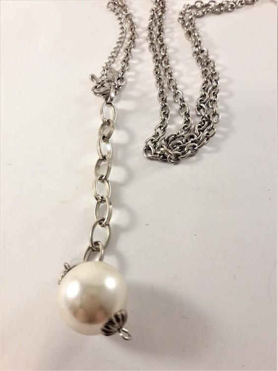 Halsband med Vit Kula som Hänge