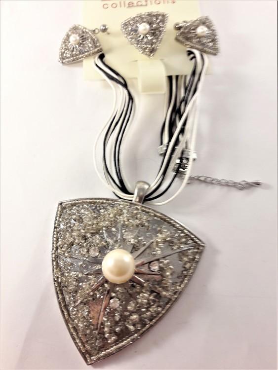 Set med halsband, ring samt matchande örhängen i vitt