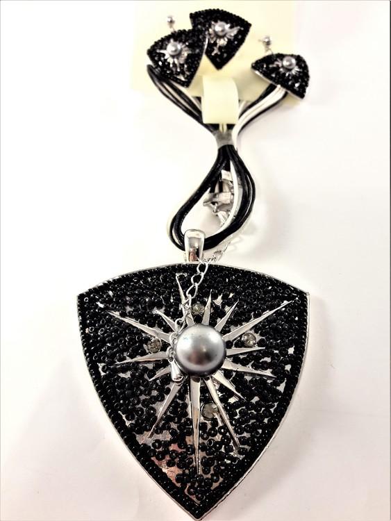 Set med halsband, ring samt matchande örhängen i svart