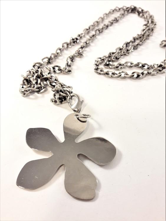 Långt halsband med blomma i silverfärg