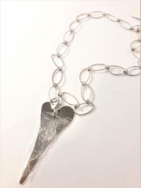 Halsband med ovaler och hjärta i silverfärg