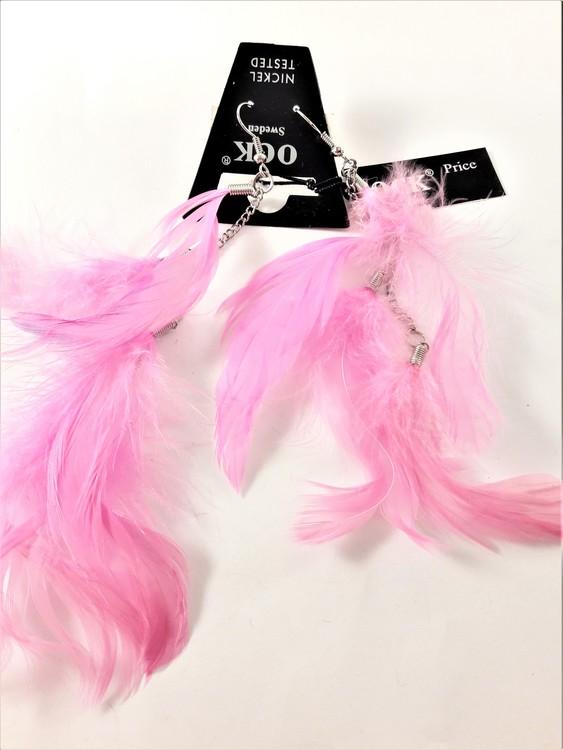 Örhängen med rosa fjädrar