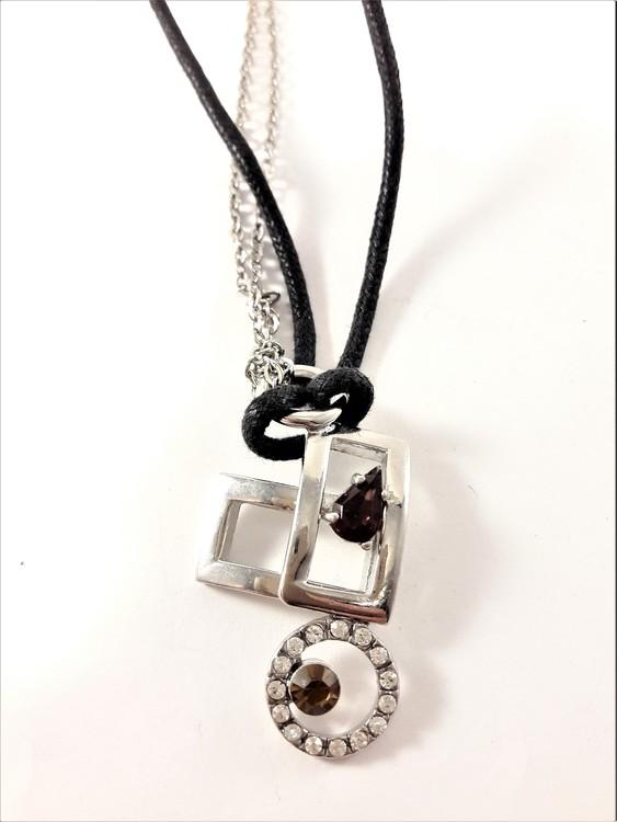Halsband i svart med silverfärgade detaljer och strass