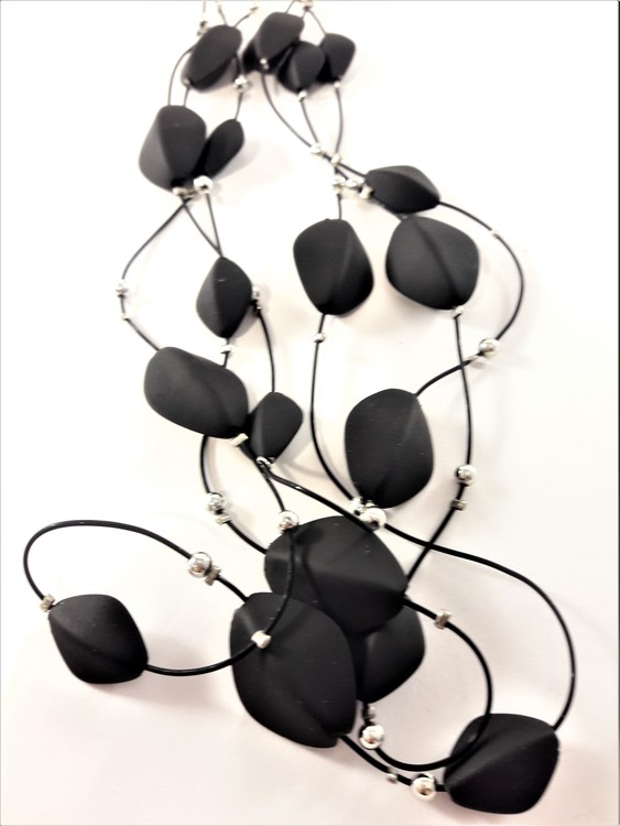 Flerradigt halsband med gummidetaljer i svart