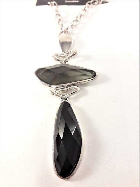 Silverfärgat halsband med svarta stenar