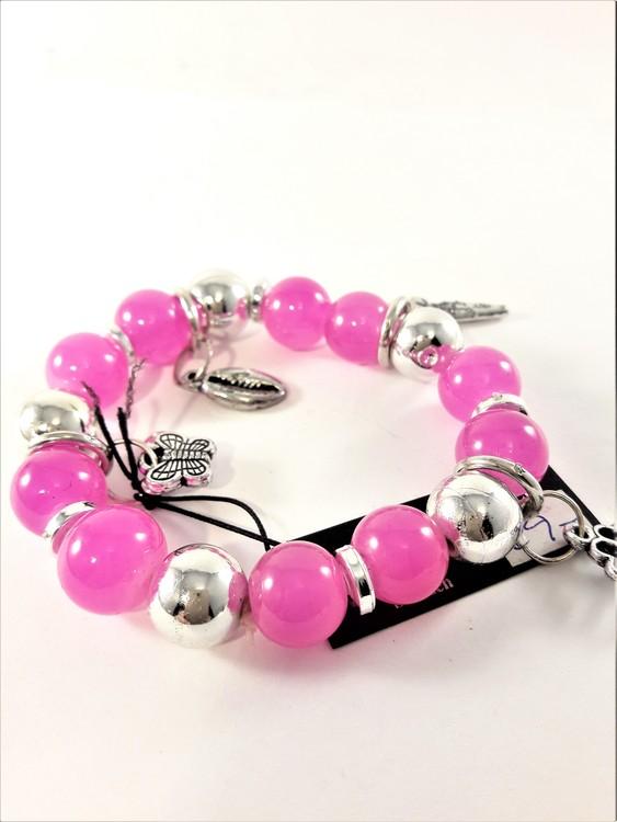 Armband med rosa kulor och söta silverfärgade berlocker