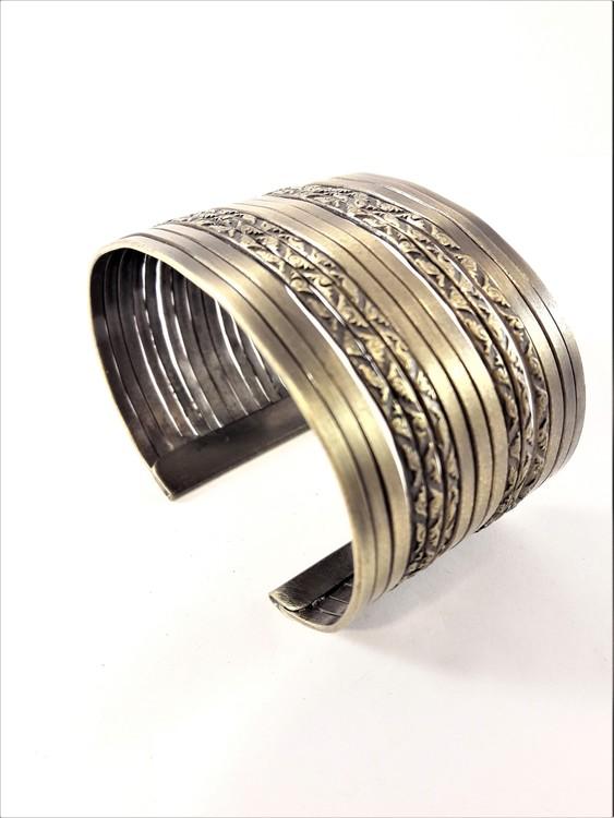 Genombrutet Stelt Armband Guldfärg