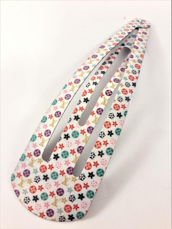 15 cm långt click-clack hårspänne, vitt med flerfärgat mönster