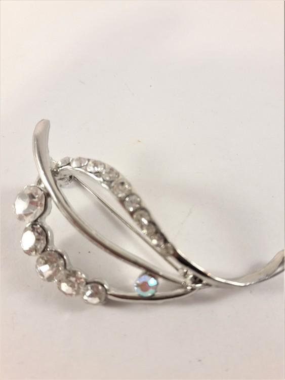 Vacker silverfärgad brosch med glittrande strass