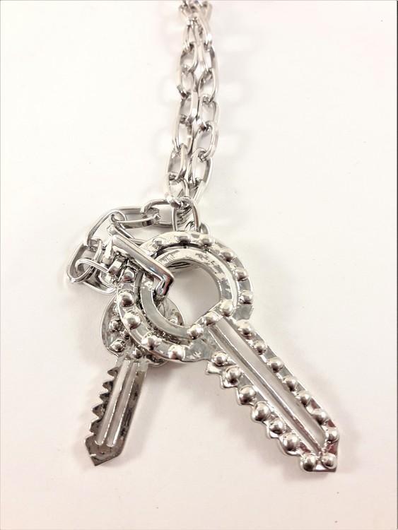 Halsband med Nycklar som Hänge med Glittrande Vit Strass